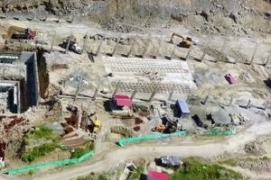"""<div class=""""bildtext""""><span class=""""textmarkierung"""">»1</span> Aerial view of work underway in the construction of the new brick plant</div>"""