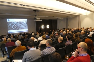 """<div class=""""bildtext""""><span class=""""bildnummer"""">»3</span> The hall was full – even for the first lecture in the morning</div>"""