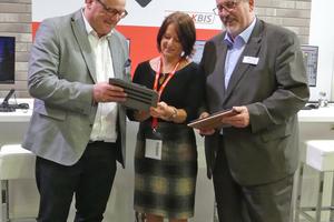 """<div class=""""bildtext""""><span class=""""bildnummer"""">»2</span> Stefan Reichert (left) and Uwe Hartmann explain the new KBIS app to Zi-Editor Anett Fischer</div>"""