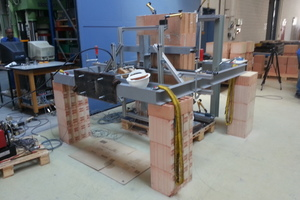 """<div class=""""bildtext""""><span class=""""textmarkierung"""">»7</span> Test set-up for determination of flexural strength, with fracture plane in parallel with horizontal joint (f<sub>xk1</sub>)</div>"""