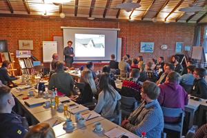 "<div class=""bildtext""><span class=""bildnummer"">»1</span> Dominic Jung begrüßte die Studierenden im Dachziegelwerk</div>"