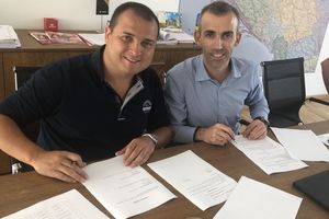 "<div class=""bildtext""><span class=""bildnummer"">»1</span> Signing of the contract: Branko Spasojevic, Managing Director and owner of Univerzum, and Vladimir Grubacic, Managing Director of Bedeschi's Heavy Clay Division (right)</div>"