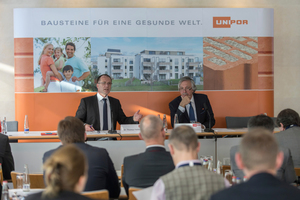 """<div class=""""bildtext""""><span class=""""textmarkierung"""">»2</span> CEO Anton Hörl (right) and Managing Director Dr. Thomas Fehlhaber provided information on Unipor's <br />business figures and current developments</div>"""