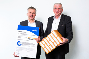 "<div class=""bildtext""><span class=""textmarkierung"">»</span> Poroton CEO Johannes Edmüller, Managing Director Clemens Kuhlemann and the climate-neutral brick T7-P</div>"