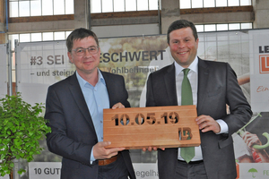 "<div class=""bildtext""><span class=""bildnummer"">»1</span> Markus Graf, CSU chairman in Vilseck (at left), presents chief executive Thomas Bader with an engraved peripheral beam infill block</div>"