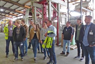 "<div class=""bildtext""><span class=""bildnummer"">»3 a, b and c</span> The tour was guided through the brick and brick slip plant in small groups</div>"