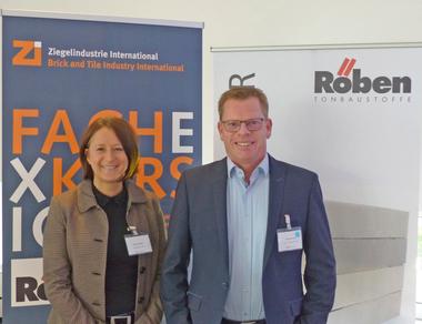 """<div class=""""bildtext""""><span class=""""bildnummer"""">»5</span> Zi Editor Anett Hümmer (left) thanked Ralf Borrmann for the excellent support</div>"""