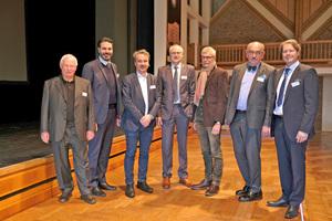 """<div class=""""bildtext""""><span class=""""bildnummer"""">»</span> Die diesjährigen Referenten und Gastgeber der Mauerwerkstage (v.l.n.r.): Prof. Dr.-ing. Dr. h.c. Gerhard Hausladen, Matthias Hörl, Prof. Dr.-Ing. Detleff Schermer, Dipl.-Ing. Hans R. Peters, Dipl.-Ing. Stefan Horschler, Prof. Jürgen Ulrich, Thomas Thater </div>"""