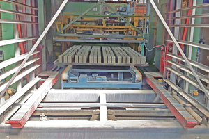 "<div class=""bildtext""><span class=""bildnummer"">»1</span> The double belt conveyor transports the rows of green bricks on a flat tubular steel pallet</div>"