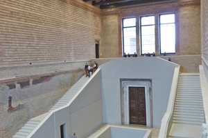 "<div class=""bildtext""><span class=""bildnummer"">»2 </span>In the reconstruction of the Neues Museum in Berlin, the architects around David Chipperfield used the original material: clay bricks in the ""reich format"". Old (historical bricks from demolition) and new (exposed concrete) create a fascinating contrast</div>"
