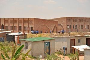"<div class=""bildtext""><span class=""bildnummer"">» </span>The new school in the middle of the settlement</div>"