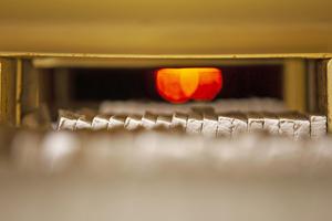 """<div class=""""bildtext""""><span class=""""bildnummer"""">» </span>Tonstreifen fahren zum Brennen in einen Tunnelofen. Vandersanden plant, diese Tonstreifen künftig in einem Rollenofen zu Riemchen zu backen, so dass der Energieverbrauch beim Brennprozess um 80 Prozent sinkt.</div>"""