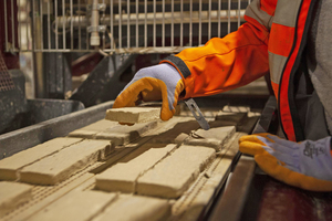 """<div class=""""bildtext""""><span class=""""bildnummer"""">» </span>With the only two-centimetre-thick brick slips shaped in the mould, Vandersanden is reducing the input of raw materials by 80% compared to traditional facing bricks. The energy consumption is also halved.</div>"""