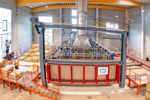 """<div class=""""bildtext""""><span class=""""bildnummer"""">» </span>New kiln for steaming the façade bricks and clay pavers: In order to respond to the enormous demand for grey bricks, Vandersanden had a new hood-type kiln built at the Upper Lusatia facility, which is now steaming the popular grey clinker bricks around the clock. Vandersanden makes about 65 tons of new bricks per kiln charge.</div>"""