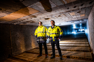 """<div class=""""bildtext""""><span class=""""bildnummer"""">»</span> Bellenberg Managing Director Murray Rattana-Ngam (r.) and Operations Manager Tobias Bem in the tunnel kiln</div>"""