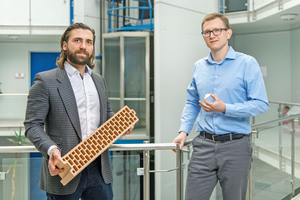 """<div class=""""bildtext_en""""><span class=""""bildnummer"""">» </span>Dipl.-Ing. Tristan Klein, General Manager of Mein Ziegelhaus, and Alexander Hilgenberg, General Manager of Hilgenberg Ceramics GmbH &amp; Co. KG, rely on the advantages of the 3D printing technology</div>"""
