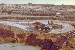 "<div class=""bildtext_en""><span class=""bildnummer"">» </span>Quarry with cable excavator, diesel locomotive and dump truck (1964)</div>"