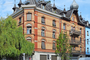 """<div class=""""bildtext_en""""><span class=""""bildnummer"""">» </span>Polychrome facing brick façade predominantly in a leather yellow colour shade at Weinbergstrasse 103-105, built in 1896.</div>"""