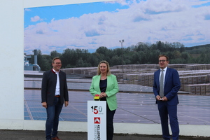 """<div class=""""bildtext_en""""><span class=""""bildnummer"""">» </span>Bavarian Minister for Housing, Construction and Transport Kerstin Schreyer (MdL), Member of the State Parliament Benjamin Miskowitsch (MdL) (l.) and Michael Kellerer (r.), Managing Director of Kellerer Ziegelsysteme, give the starting signal for the commissioning of the new photovoltaic system.</div>"""