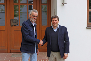 """<div class=""""bildtext_en""""><span class=""""bildnummer"""">» </span>Sealing their cooperation symbolically with a handshake: Peter Gmeiner, founder of Lehmorange, (l.) and Thomas Bader, Managing Director at Leipfinger-Bader (r.).</div>"""