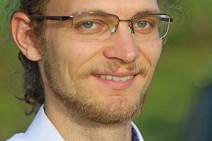 """<div class=""""bildtext""""><span class=""""bildnummer""""><irspacing style=""""letter-spacing: 0.001em;"""">»</irspacing><irspacing style=""""letter-spacing: 0.001em;""""> </irspacing></span>Lukas Helm M. Sc. ist wissenschaftlicher Mitarbeiter an der Technischen Universität Kaiserslautern. Sein Forschungsgebiet ist das Erdbebeningenieurwesen. Dabei steht das out-of-plane-Verhalten von Mauerwerkswänden im Vordergrund.</div>"""