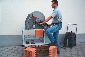 ››2 The main features of the Reul S25 electric masonry saw are its simple operation and low-dust dry cutting process
