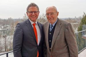 "<div class=""bildtext""><span class=""bildnummer"">»</span> Dipl.-Kfm. Univ. Stefan Jungk (left) buys Adolf Zeller GmbH &amp; Co. Poroton Ziegelwerke KG from Adolf Zeller</div>"