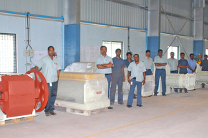 "<div class=""bildtext_en""><span class=""textmarkierung"">»2</span> The Indian Verdes team in front of a selection of manufactured machines</div>"