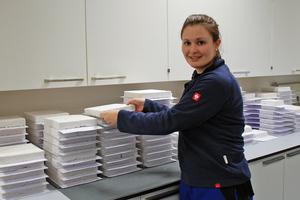"""<div class=""""bildtext_en""""><span class=""""bildnummer"""">»5</span> Intensive research is also conducted on insulation materials– Schlagmann employee Katharina Krautner assesses perlite samples</div>"""