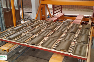 """<div class=""""bildtext_en""""><span class=""""textmarkierung"""">»3</span> The two types of roofing tile are set on the same type of frame</div>"""