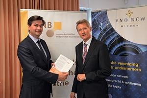 "<span class=""bildunterschrift_hervorgehoben"">»1</span> Mark Dijk (VVD) and KNB-Director Ewald van Hal with the Ceramic Industry Manifesto ""Paving the way for growth and jobs in Europe"""
