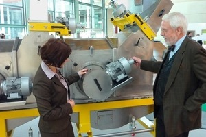 """<span class=""""bildunterschrift_hervorgehoben"""">»9</span> Karl Hinrich Medau, Managing Partner at Ikema Service GmbH, Germany, explains the new self-cleaning centrifugal cabin for roofing tiles to Zi Editor Anett Fischer<br />"""