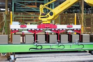 "<span class=""bildunterschrift_hervorgehoben"">»</span> A robot with a special gripper sets the wet products on the dryer loading pallets"