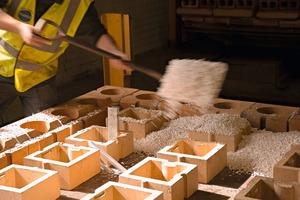 """<span class=""""bildunterschrift_hervorgehoben"""">»1</span> Ultralite material being added as kiln car is built up<br />"""