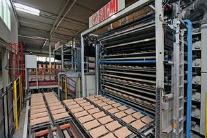 """<span class=""""bildunterschrift_hervorgehoben"""">»2</span> Handling of the dried roofing tiles"""