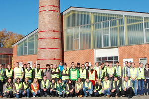 "<div class=""bildtext""><span class=""bildnummer"">»1</span> The group gathered in front of the Creaton plant in Wertingen</div>"