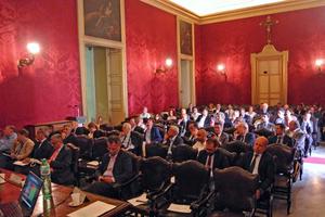 """<div class=""""bildtext""""><span class=""""textmarkierung"""">»1</span> Öffentliche Sitzung im Rahmen der Andil-Generalversammlung am 10. Juni 2016 in der Aula Magna der Universität Catania</div>"""