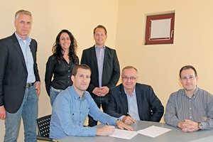 "<div class=""bildtext_en""><strong>»</strong> Signing the contract, seated from left: Raúl Morte; Rehart GmbH managing director Klaus Schülein; Morte CEO Marcos Morte;</div><div class=""bildtext_en"">standing from left: Thomas Kloft, managing director of Petersen Service; Isabel Vicioso, technical distribution Morte; Max Pelczer, managing director of Rehart GmbH</div>"