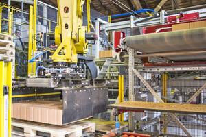 """<div class=""""bildtext_en""""><span class=""""bildnummer"""">»5</span> Robots then set the clay blocks onto pallets …</div>"""