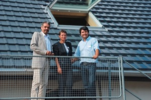 """<span class=""""bildunterschrift_hervorgehoben"""">»1</span> Martin Bieri, who invented the solar roof tile, talking to the first-arriving prospects at the test roof. At left: black clay tiles without PV modules; at right: with solar modules<br />"""