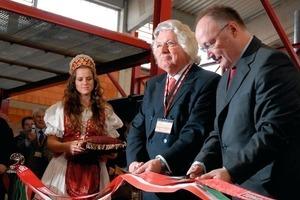 &nbsp;<br />&gt;&gt;1 Sándor Burány, ungarischer Staatsekretär für nationale Entwicklung und Wirtschaft, und der Vorstand der Tondach Gruppe, Gewerke KR Franz Olbrich, durchschneiden das Eröffnungsband<br />