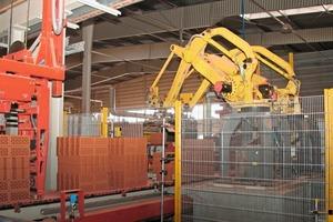 "<span class=""bildunterschrift_hervorgehoben"">»10</span> Packing installation with robots<br />"