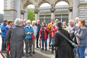 """<div class=""""bildtext_en""""><span class=""""bildnummer"""">»2</span> The tour through Lucerne started at the railway station for the whole group</div>"""
