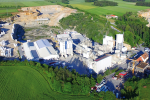 "<div class=""bildtext_en""><span class=""textmarkierung"">»1</span> Aerial photo of the Azendorf facility, with the new mortar pad production hall at left</div>"