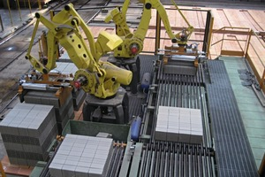 "<span class=""bildunterschrift_hervorgehoben"">»3</span> Programming bench with robot<br />"