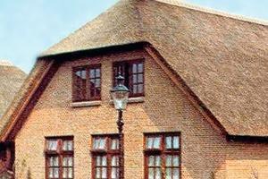 "<span class=""bildunterschrift_hervorgehoben"">»6</span> Thatched roof with matching ridge tiles<br />"
