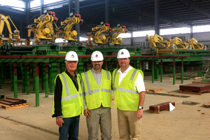"Röben Werksneubau Clay County, Texas/USA: Die Montage der Roboter hat begonnen. <span class=""hascaption"">Wilhelm Röben, Howard Brown (Vice President TB), Scott Mollenkopf (Pres. &amp; CEO Triangle Brick</span>)<br />"