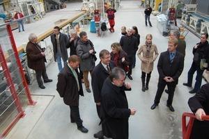>>3 Der Rheinland-Pfälzische Ministerpräsident Kurt Beck und die Röben-Geschäftsführer Wilhelm-Renke Röben und Ralf Borrmann während des Eröffnungsrundganges des neuen Röben Klinker-Werkes in Bannberscheid bei Montabaur (Westerwald)