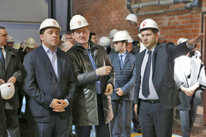 "<div class=""bildtext_en""><span class=""bildnummer"">»1</span> Evgeniy Kuyvashev (Governor of the Sverdlovsk region), Andrey Kozicin (General Manager of UGMK) and Mikhail Novoselov (General Manager of Revdinskiy Kirpicny Zavod) in the front (f.l.t.r.)</div>"
