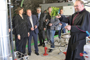 "<div class=""bildtext_en""><span class=""bildnummer"">»1</span> Bavarian Minister of Economic Affairs, Ilse Aigner, joined the Very Reverend Stefan Scheifele inaugurating the new tunnel kiln at the parent plant of Leipfinger Bader brickworks in Vatersdorf, Lower Bavaria</div>"
